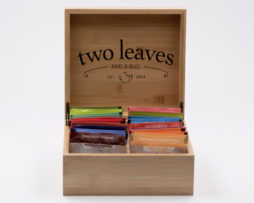 caja-de-te-bambu-para-infusiones-pequena-two-leaves-tea-01